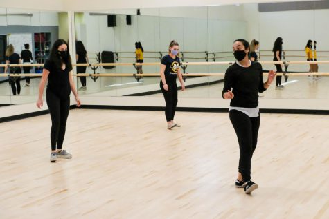 Dance teacherAngela Curotto-Pierson teaches choreography to in-person and online students during Menlo's trial hybrid learning model. Photo courtesy of Pete Zivkov.